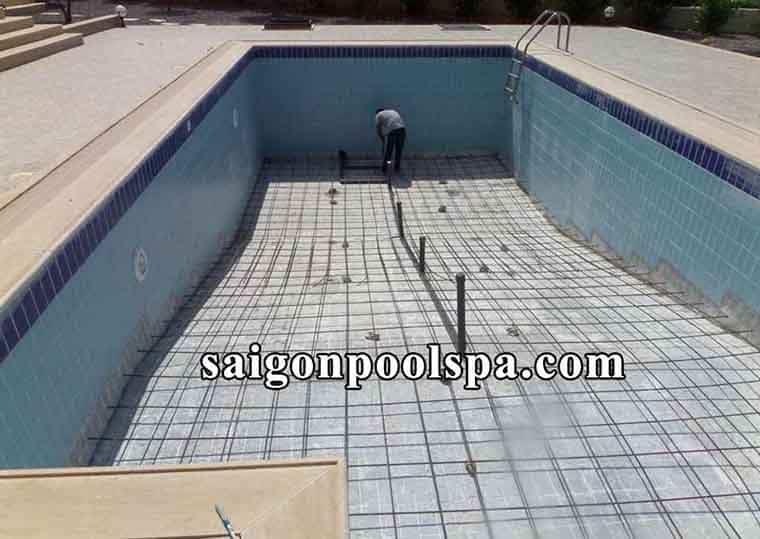 Phần xây dựng thô bể bơi âm đất có chi phí khoảng 80 triệu đồng