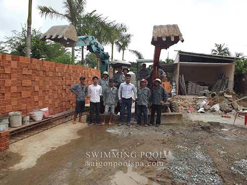 Đội ngũ kỹ sư xây dựng hồ bơi gia đình