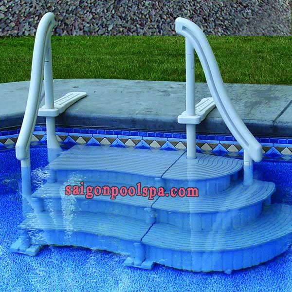 Các loại cầu thang cho hồ bơi